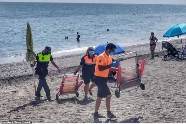Tourists in Torrox trying to reserve beach spots have their towels and chairs removed by police
