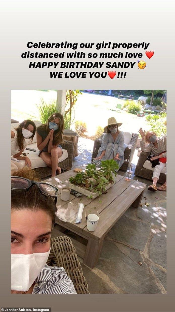 Cumpleaños baby!  Jennifer Aniston, Lisa Kudrow Courteney C, Sarah Paulson y Holland Taylor se reunieron para el cumpleaños 56 de Sandra Bullocks el domingo