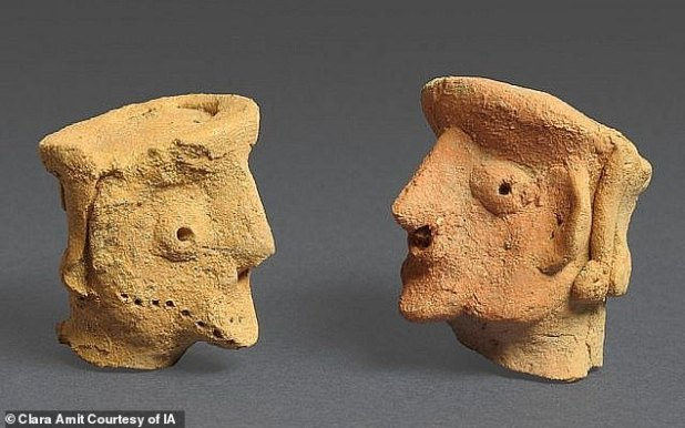 The statues were excavated with small horse sculptures and represent a bearded man with a flat-topped head, embossed features, topped with ear piercings and a crown for jewelry.