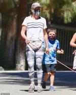 Insta :  Teddi Mellencamp porte un sac banane Gucci alors qu'elle marche avec son fils Cruz et