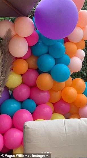 Festif: le couple semblait avoir la fête dans son jardin arrière avec Vogue décorant l'espace avec des dizaines de ballons