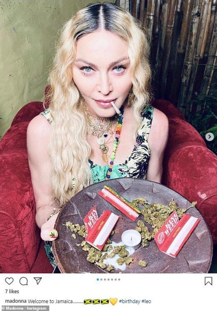 Es su cumpleaños y fumará si quiere: Madonna continuó festejando por su cumpleaños número 62 el domingo, compartiendo una foto divertida con una bandeja de marihuana y un porro en la boca.