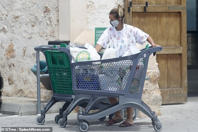 Do her thing: She proved she wasn't a diva by pushing the overflowing cart towards her car
