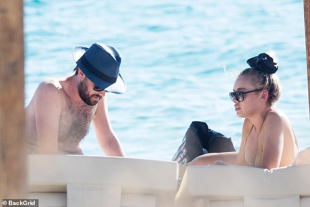 Downtime: They engaged in a cosy conversation as they relaxed on the padded beach chairs