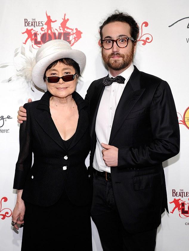 Йоко Оно с сыном Шоном.  В прошлом она писала в комиссию по условно-досрочному освобождению с просьбой не освобождать Чепмена.