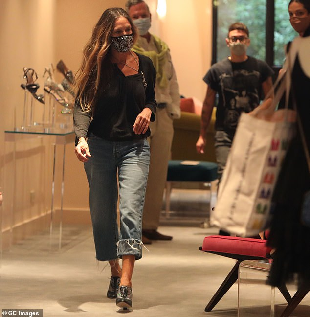 All business: SJP helped Siriano take his shoes to the register as she walked chatting to other customers as well