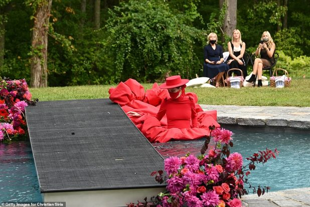 Don't stop her: Rocha does not blink because she went deep into the water, filling her back in a red gown.