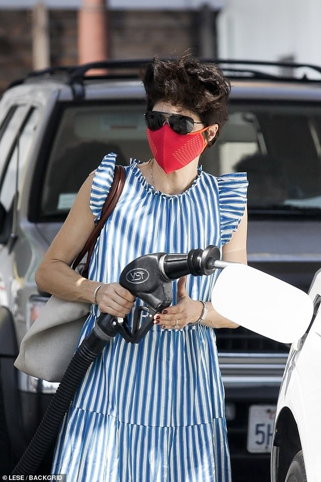 Selma gets gas:Selma Blair spent her Sunday running some errands, which included filling up her car with gas