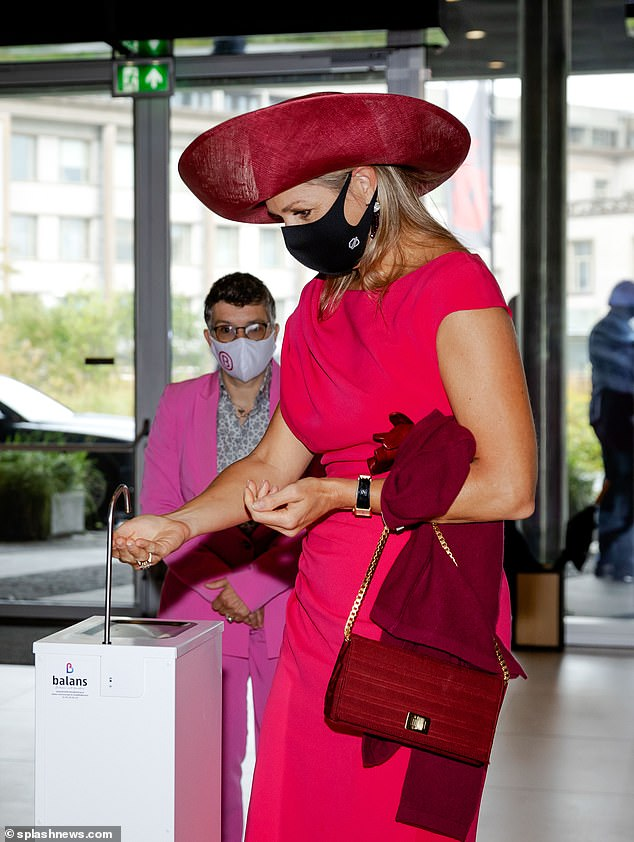 Upon arriving at the World Forum, Maxima took off her leather gloves and made sure to sanitise her hands