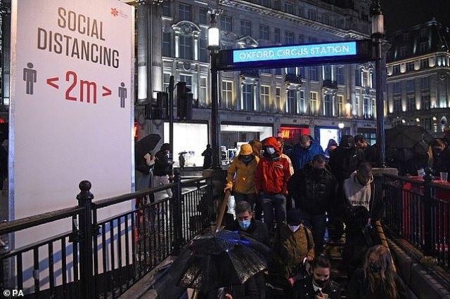 Ludzie wchodzą do stacji metra Oxford Circus w Londynie po godzinie 22:00, której podlegają puby i restauracje w celu zwalczania wzrostu liczby przypadków koronawirusa w Anglii