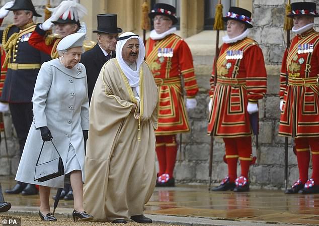 En 2012, le cheikh Sabah Al Ahmad Al Sabah a profité d'une visite d'État au Royaume-Uni et a été diverti par la reine.  Sur la photo: le monarque marche avec le dirigeant koweïtien de l'époque au château de Windsor