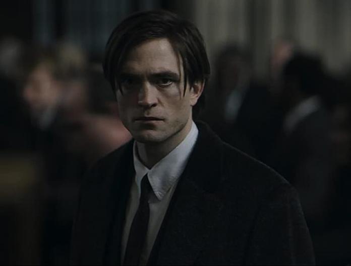 Complicado: la producción se reanudó en el Reino Unido a fines del verano, pero se cerró nuevamente a principios de septiembre después de que Pattinson (en la foto de Bruce Wayne) diera positivo por el virus.
