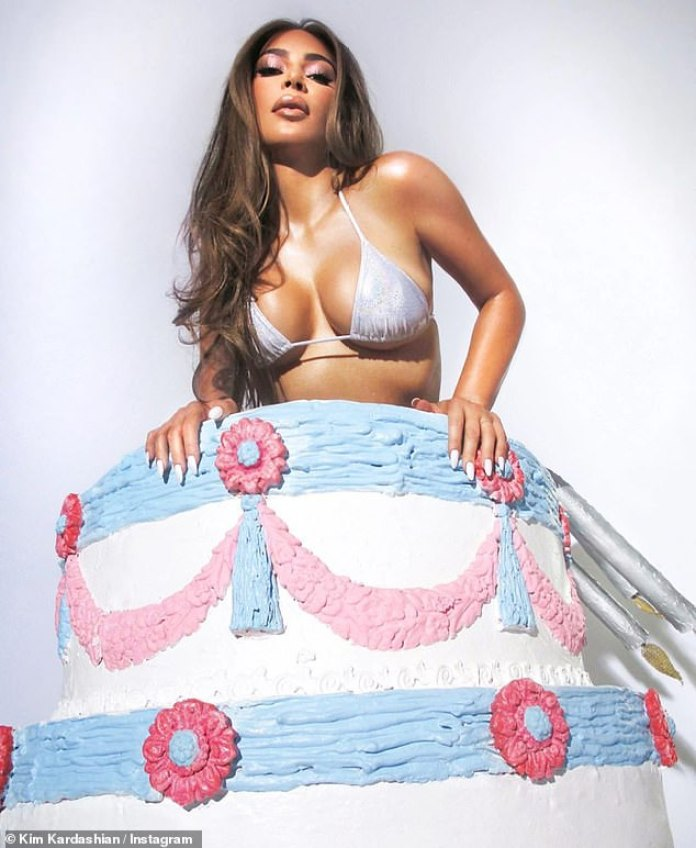 Pedazo de pastel: Kim Kardashian lucía deliciosa mientras se adelantaba a las celebraciones de su 40 cumpleaños en su historia de Instagram el lunes.