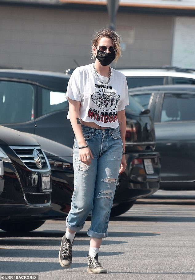 Cool and casual:Kristen Stewart was spotted on a grocery run at Gelson's market in Los Angeles on Saturday