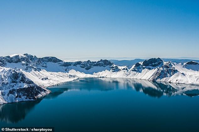 Xiao Yu, qui a travaillé au parc national de la montagne Changbai en tant que vendeur de souvenirs au cours de la dernière décennie, a déclaré avoir vu l'objet étranger mardi au milieu du lac.