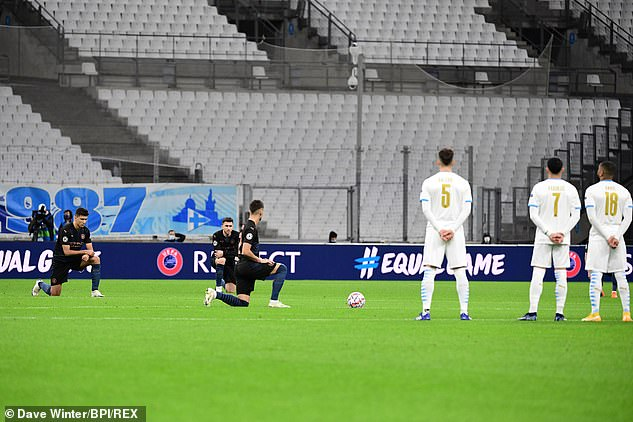 Instead, the Ligue 1 players chose to stand around the center circle and watch City by the knee