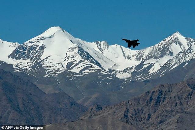 Indyjski myśliwiec przeleciał nad górami w pobliżu granicy z Chinami na początku tego roku