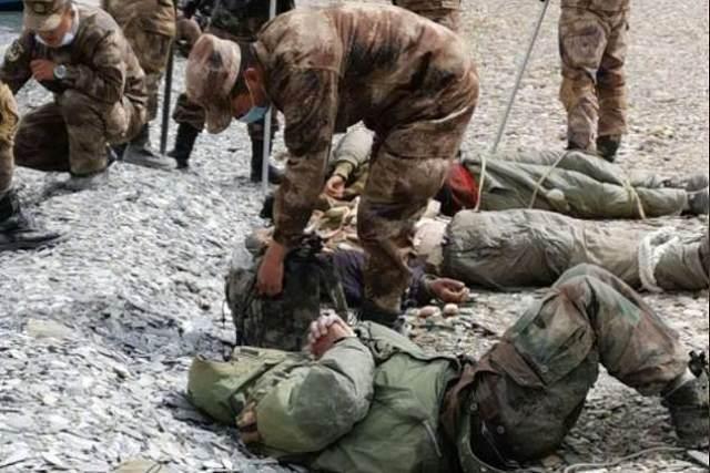 Zdjęcia, które krążyły na początku tego roku, zdawały się przedstawiać wojska indyjskie poobijane i związane liną w pobliżu spornej granicy w Himalajach, gdzie Chiny podobno użyły broni mikrofalowej do rozproszenia wrogich żołnierzy w sierpniu