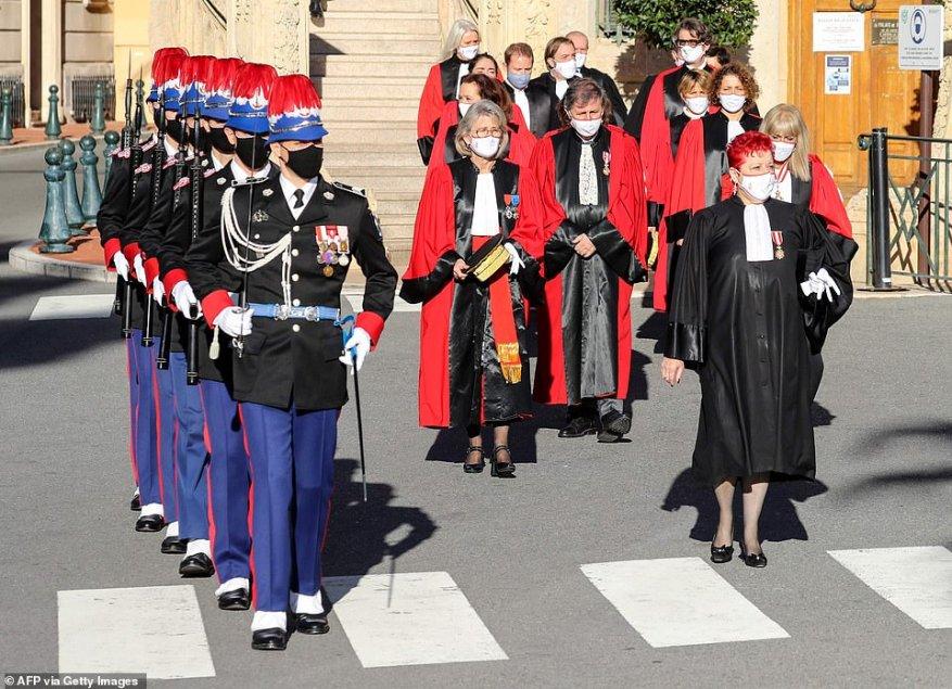 Члены компании карабинеров принца Монако маршируют с магистратами перед зданием суда перед мессой в соборе Монако