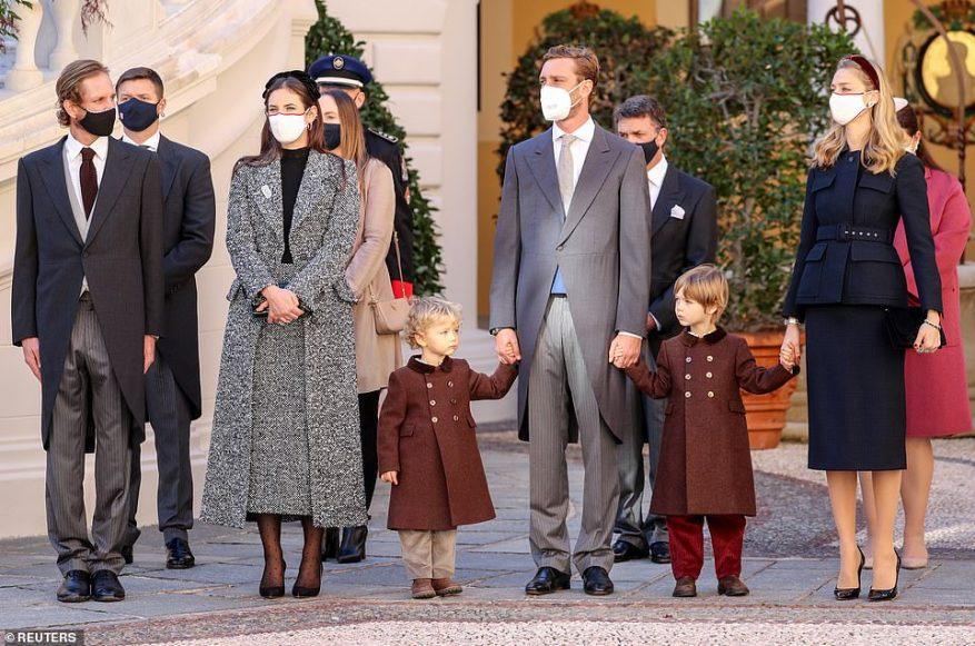 Жак и Габриэлла были не единственными присутствующими молодыми членами королевской семьи.  Сын принцессы Каролины Пьер Казираги (второй справа), 32 года, и его жена Беатрис Борромео привезли с собой трехлетних сыновей Стефано (справа) и Франческо (слева), которые очаровательно выглядели в одинаковых коричневых пальто.  Также на фото: Андреа Казираги, 35 лет, и Татьяна Санто-Доминго.