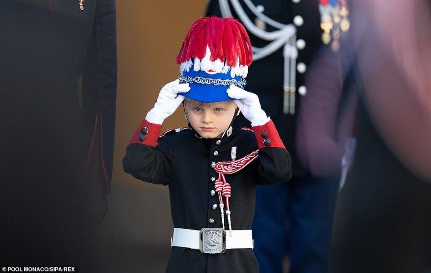Можно было увидеть, как мальчик поправляет шляпу, стоя рядом с родителями на праздновании в начале этой недели.