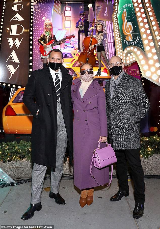 En buena compañía: para una foto, a la pareja se unió el presidente y director ejecutivo de Saks Fifth Avenue, Marc Metrick (derecha).