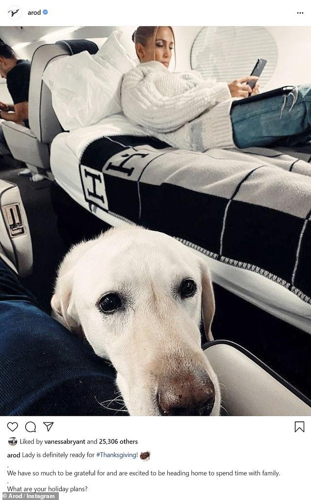Viviendo la vida: de camino a la inauguración anual de la ventana navideña de Saks Fifth Avenue, Alex tomó una foto sincera de Jennifer y su perro de la familia Lady en su jet privado
