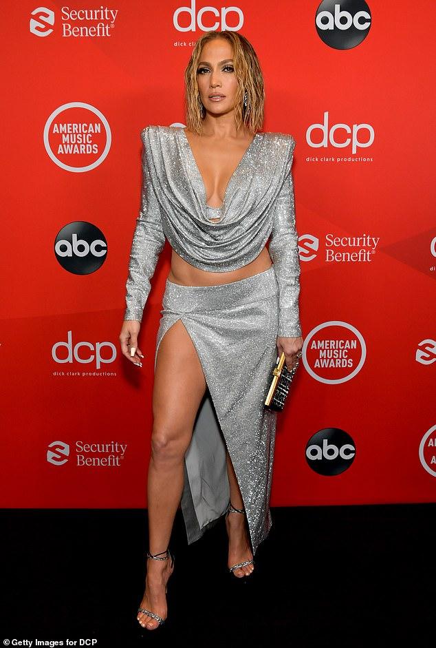 Glamour completo: antes de subir al escenario el domingo por la noche, Jennifer apareció en la alfombra roja de los American Music Awards en el Microsoft Theatre de Los Ángeles.