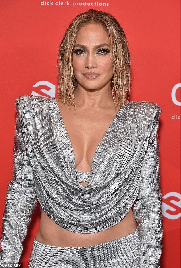Aspecto mojado: Tomando una nota del libro de Kim Kardashian, Lopez decidió lucir un cabello 'mojado' que enmarcaba perfectamente su rostro envidiablemente esculpido, cortesía de ella y el estilista compartido de Kim, Chris Appleton.