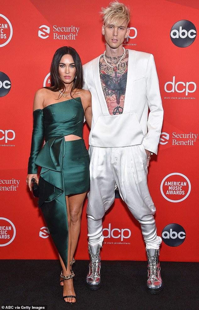 Sensación: solo tres días antes de solicitar el divorcio, Megan hizo su debut en la alfombra roja como pareja con Machine Gun Kelly en los American Music Awards.