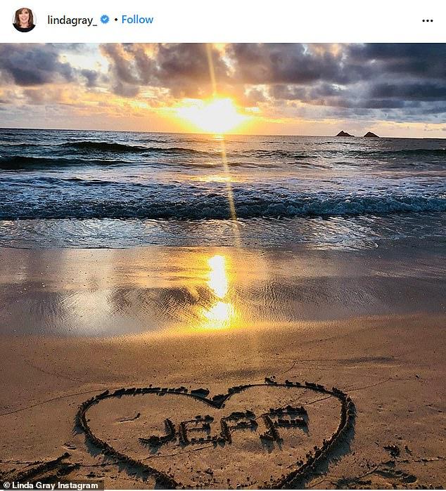 El dolor de una madre: la estrella compartió una imagen de la espalda de Jeff montando su bicicleta en una calle llena de hojas otoñales.  La siguiente foto era de su nombre dibujado en la arena con un corazón alrededor mientras las olas rompían en el fondo.