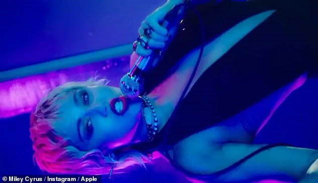 Rocker: True to her ever-present `` rocker '' vibe, the former Disney Darling tied two necklaces around her neck and ran a generous amount of deep blue eyeshadow on her lids.