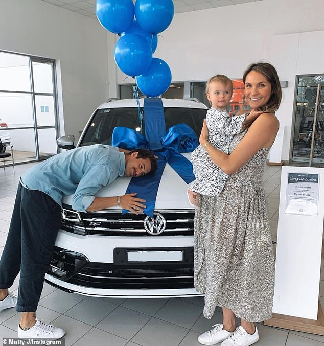 Matty Johnson and Laura Bryne get a new car and change daughter in boot