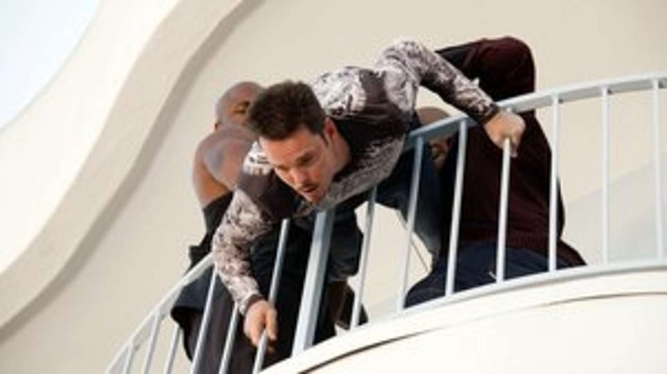 In 2006, the cast of Entourage stopped for the season three episode `` Wanna Be Sedated ''