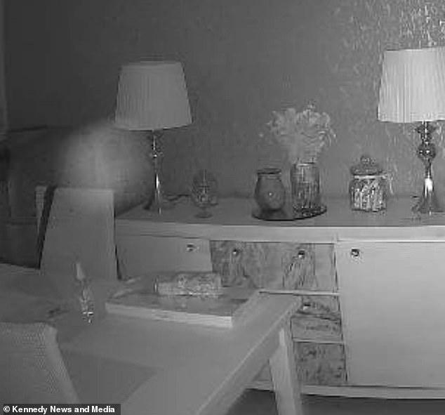M. Pallister affirme avoir capturé des `` orbes blanches '' sur la caméra du détecteur de mouvement (photo) et dit que les événements effrayants ne se produisent que dans cette pièce.