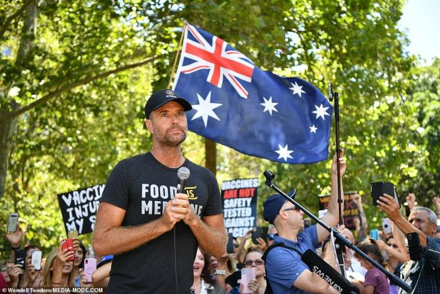 Controversial celebrity chef and conspiracy theorist Pete Evans also made an appearance at the Sydney march, much to the delight of protestors
