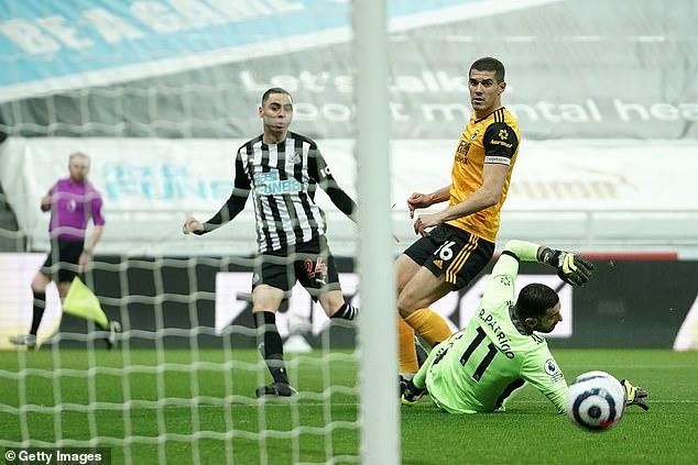 Almirón fue uno de los jugadores que amenazó en un brillante período inicial para el Newcastle en apuros.