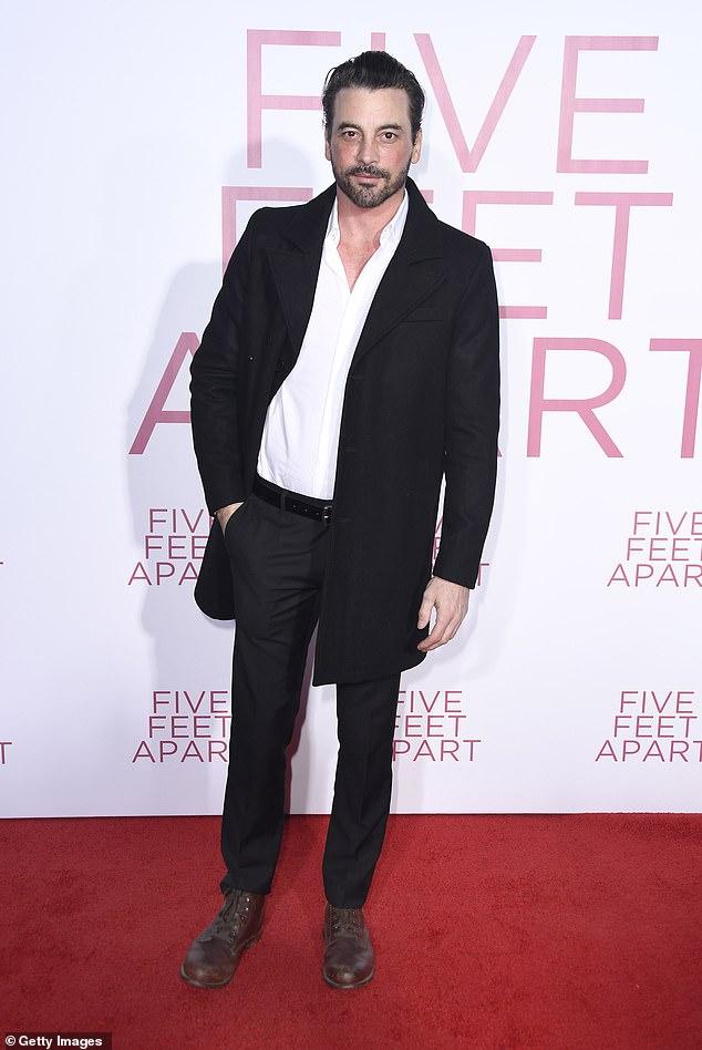 Romance: En cuanto a su vida amorosa, Hale ha sido vinculada recientemente con el también actor Skeet Ulrich;  Skeet fotografiado en 2019
