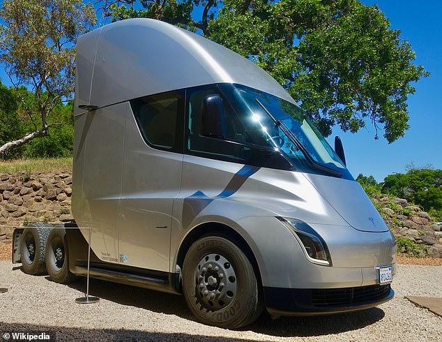 Tesla estaba programado para lanzar su Semi eléctrico en 2019, pero retrasó el lanzamiento hasta que pudo producir su propia batería para el vehículo grande.
