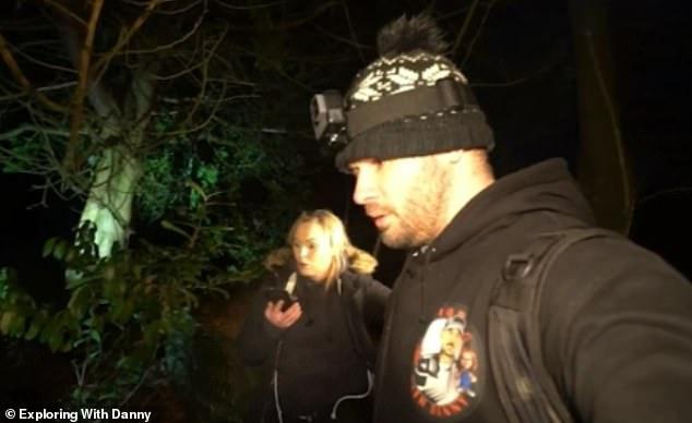 Après avoir d'abord été choqué par la découverte, Danny, qui est entré dans les bois avec sa partenaire Felicity, est ensuite vu en train de mettre des gants pour ramasser le crâne.