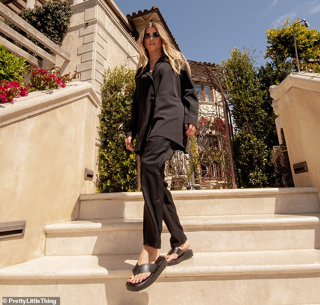 Step by step: Sofia rounded off the striking look with a pair of seasonal black sandals