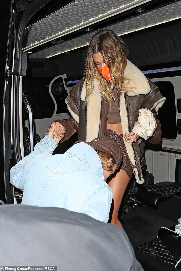 Le look de Hailey: la femme de Bieber portait un haut marron qui exposait une partie de son ventre et une jupe marron assortie pour l'événement