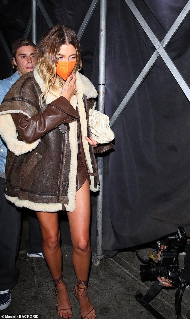 Se pavaner: Hailey a montré ses épingles bronzées dans la minijupe aux longues jambes