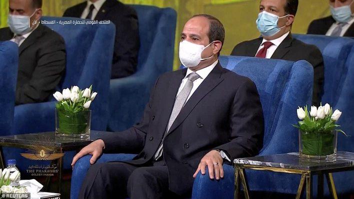 """Mısır Devlet Başkanı Abdülfettah El Sisi, Mısır'ın Kahire kentinde düzenlenen törene katıldı.  Tweet attı: """"Bu görkemli sahne, bu insanların büyüklüğünün, tarihin derinliklerine uzanan bu eşsiz medeniyetin koruyuculuğunun yeni bir kanıtıdır."""""""