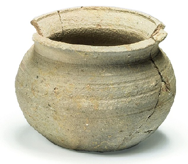 Jar in Medieval Oxford ware, probably used as a cooking-pot and dated to the late 11th or 12th century. During excavations, archaeologists found a stone-built structure, identified as a latrine, and dated to the late 11th and 12th century and pots from the same period