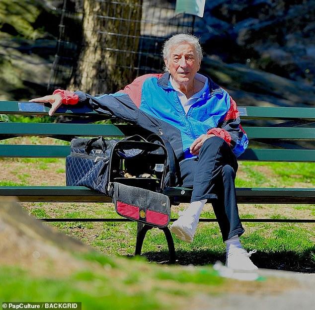 Buen humor: Tony Bennett parecía estar de buen humor el miércoles, mientras pasaba la tarde en Central Park en la ciudad de Nueva York.