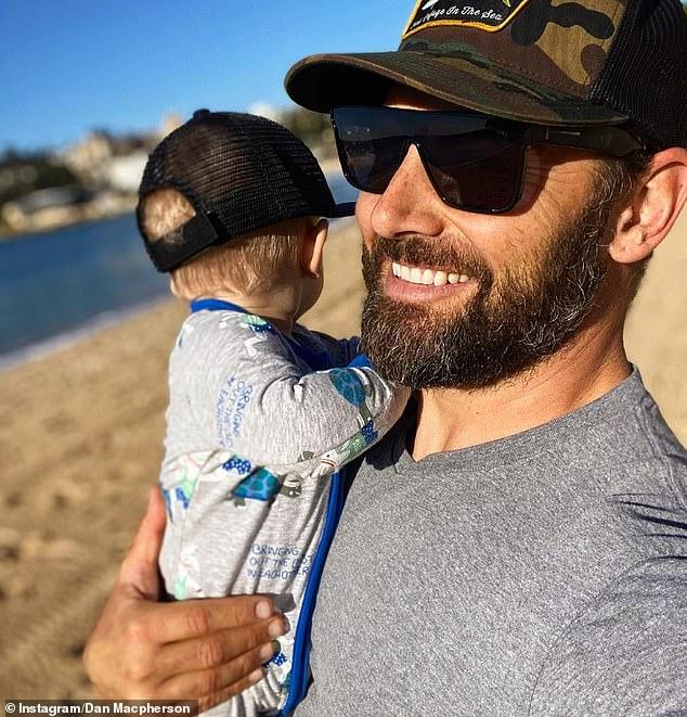'¡No tan largo ahora!'  Dan Macpherson cuenta los días hasta que se reencuentre con su hijo Austin, uno, mientras el actor completa su TERCERA cuarentena en un hotel después de terminar la serie de ciencia ficción de AppleTV en España el mes pasado.