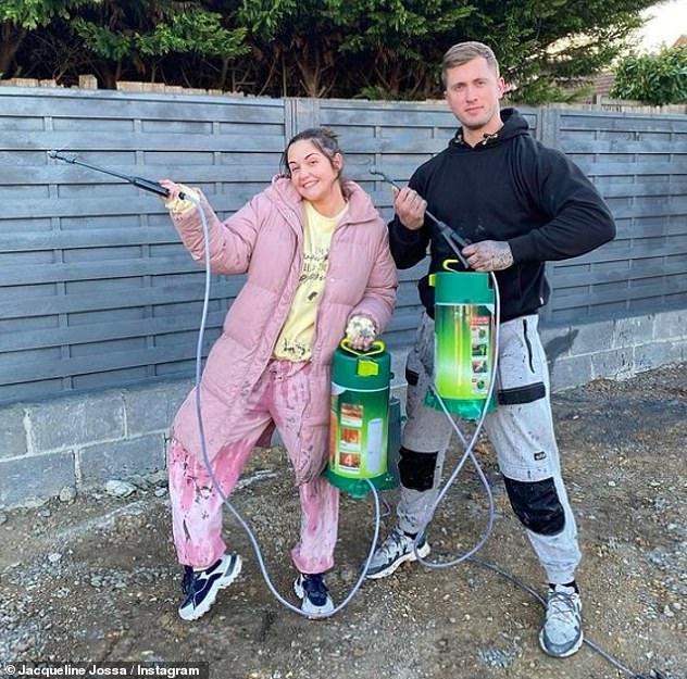 Bricolaje: el lunes, la estrella de EastEnders compartió una foto divertida de ella y Dan después de intentar pintar con aerosol la cerca en el jardín.