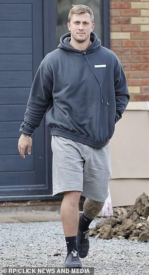 Emergente: Mientras tanto, el esposo de Jacqueline, Dan, también fue visto saliendo de la nueva casa de la pareja.