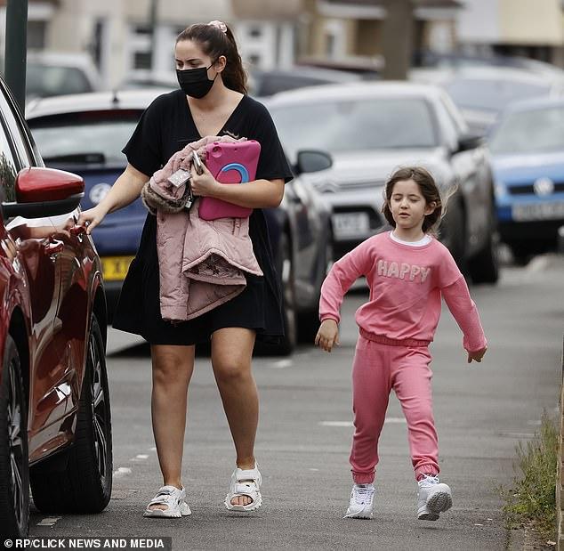 La seguridad es lo primero: la estrella lucía una máscara facial de acuerdo con las restricciones de Covid y se agarraba de las manos de sus hijas mientras caminaban juntas por la calle.